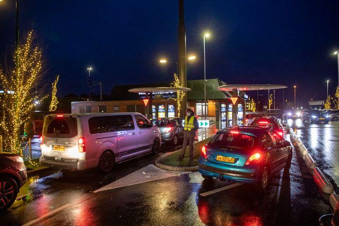 File en verkeersregelaars voor de McDrive van McDonald's in Veenendaal.