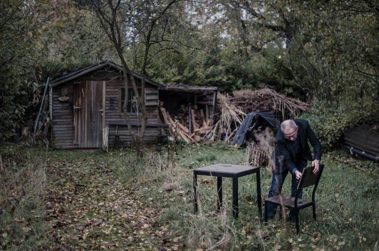 Een stoel en een tafeltje, de schrijfplek in de tuin waar Peeters vier jaar lang aan 'De mensengenezer' heeft geschaafd. Beeld Karoly Effenberger