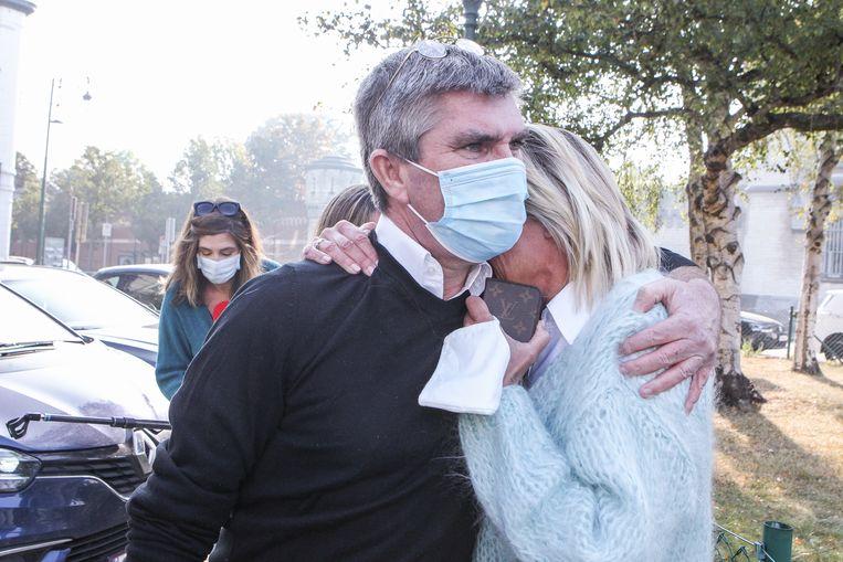 Patick De Koster sluit zijn vrouw Pascale in de armen na het verlaten van de gevangenis. Beeld Photo News