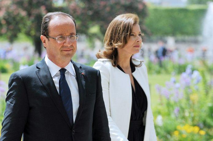François Hollande et Valérie Trierweiler à leur arrivée dans le jardin des Tuileries en 2012.
