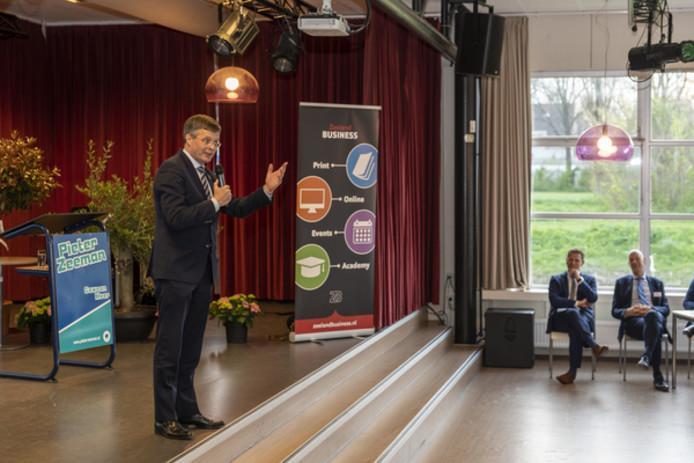 Jan Peter Balkenende, opvallend relaxed in zijn bijna cabareteske rol tijdens de WrX Road Show op de Pontes Pieter Zeeman in Zierikzee.