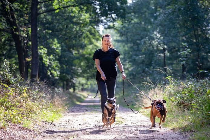 """Hondencoach Irene van Woerdekom met haar honden Poppy (5) en Stip (1). ,,Stip wordt als ze iets ouder is ook ingezet als als co-coach."""""""