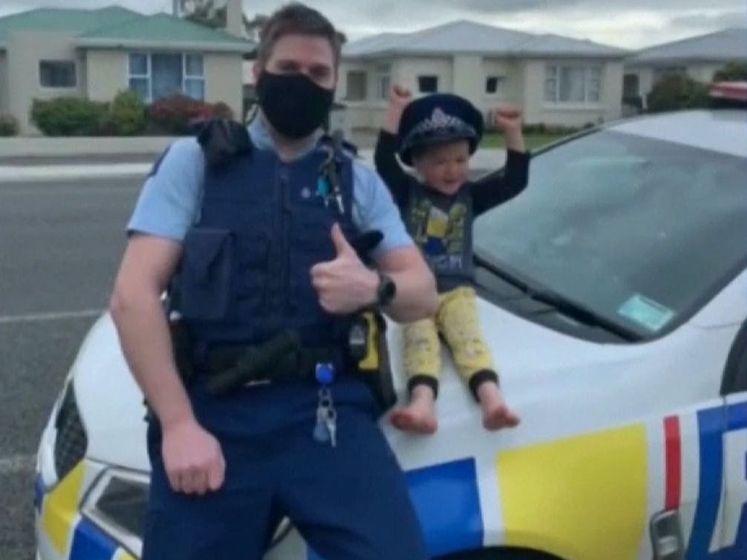 Kleuter belt noodnummer omdat hij speelgoed wil laten zien aan politie: beluister het schattige gesprek