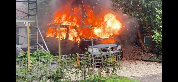 In Eefde stond een auto naast een huis in brand.