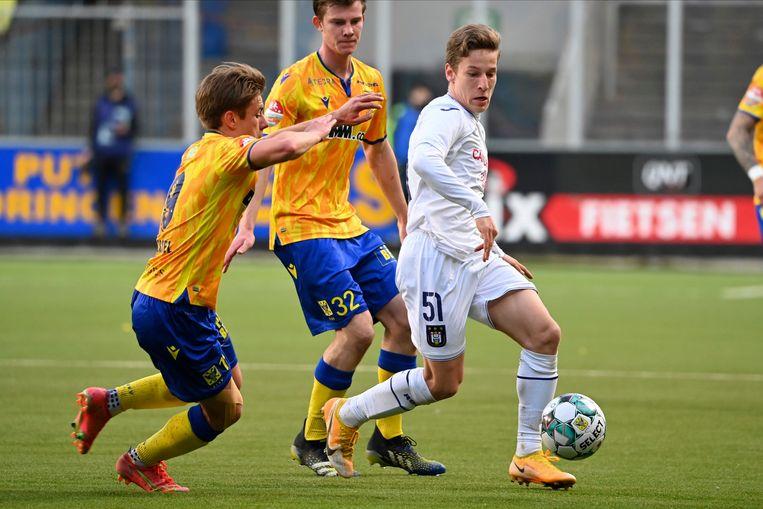Stan Van Dessel van Sint-Truiden verdedigt op Yari Verschaeren van Anderlecht. Beeld Photo News