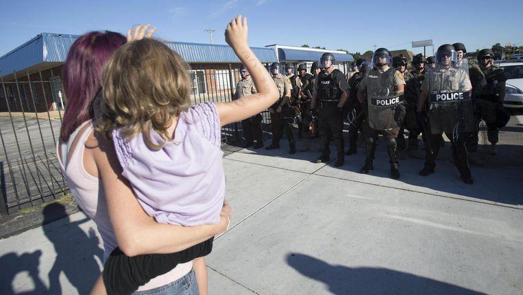 Inwoners van Ferguson en de politie staan lijnrecht tegenover elkaar. Beeld reuters