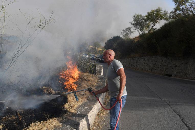 Vrijwilligers aan het werk bij Palermo in Sicilië. Beeld AP