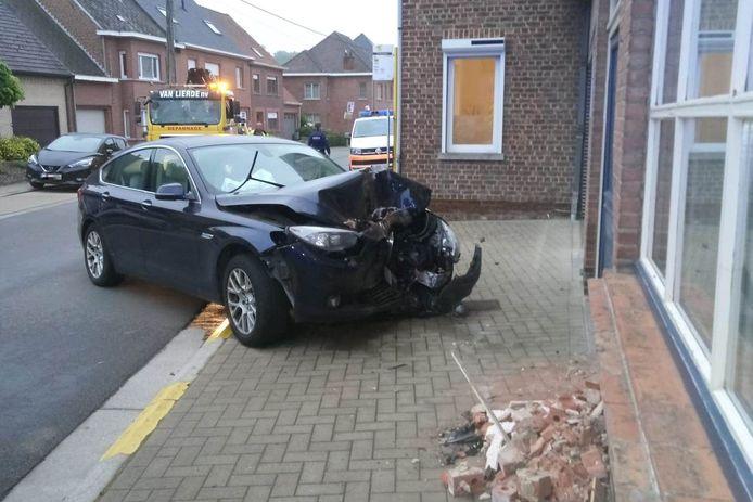 De BMW raakte bij de aanrijding tegen de huisgevel in de Ressegemstraat zwaar beschadigd.