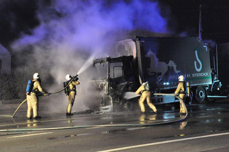 De cabine van de vrachtwagen met aanhangwagen brandde volledig uit.
