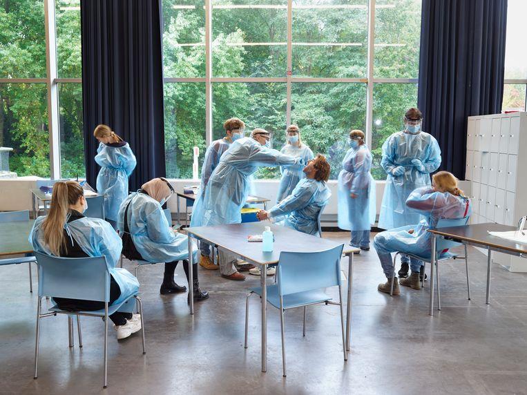 Nieuw personeel van de teststraat in de RAI wordt opgeleid. Beeld Henk Wildschut, Rijksmuseum Amsterdam