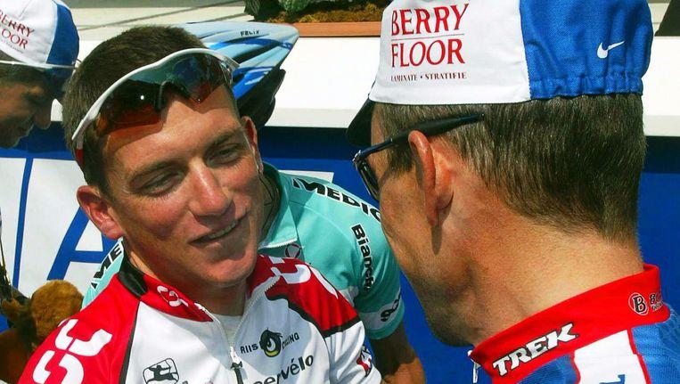 2003: Tyler Hamilton (links) in gesprek met Lance Armstrong. Beeld epa