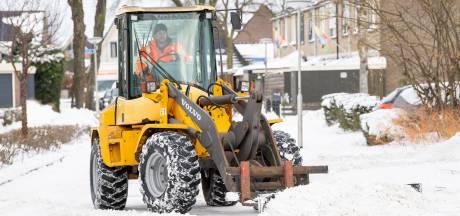 Maikel uit De Krim is normaal stratenmaker, maar nu sneeuwschuiver in Hardenberg: 'Wel 600 duimpjes omhoog gezien'