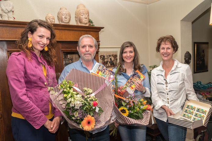 Wethouder Stefanie Vatta reikt het mantelzorgcompliment uit aan de familie Solomos (vlnr vader, dochter Cathy en moeder).