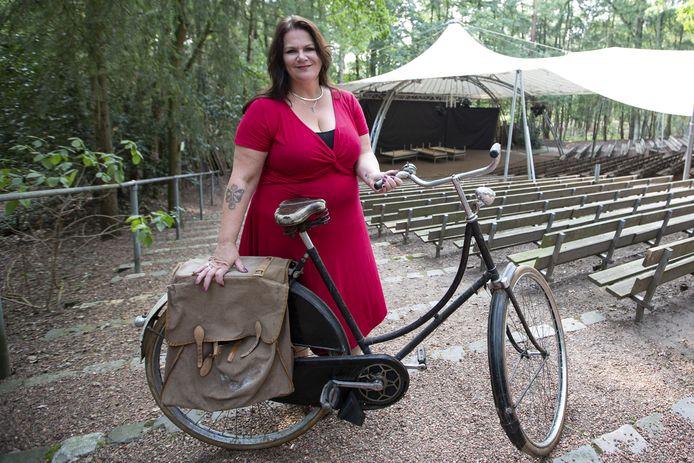 Regisseuse Sanne Kamst-Velthuis in het Openluchttheater in Nijverdal, waar medio mei haar zelf geschreven muzikale drama in het kader van de viering van 75 jaar bevrijding wordt opgevoerd. Deze oude fiets fungeert daarbij als decorstuk.