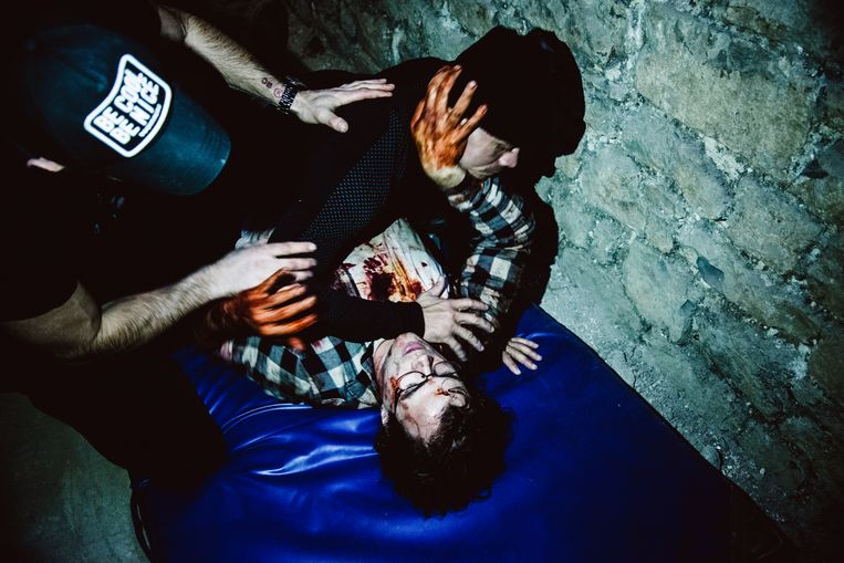 Een opname van 'Yummy'.  Een zombie probeert zijn tanden te zetten in  hoofdrolspeler Bart Hollanders. Beeld Francis Vanhee