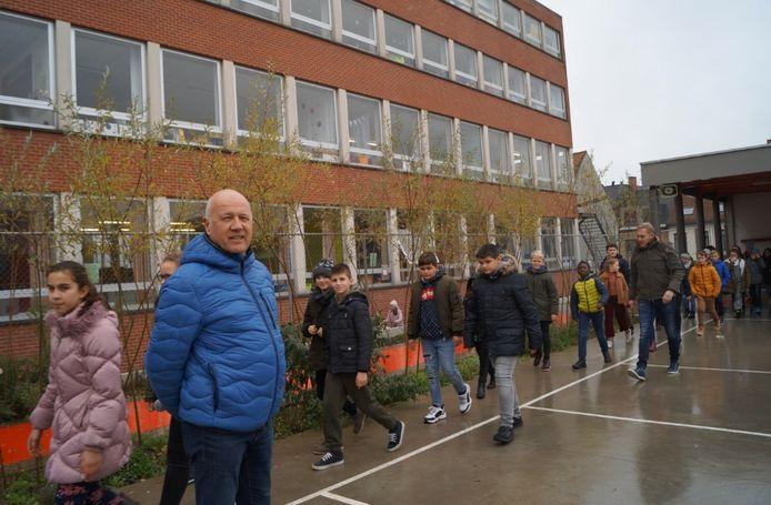 Directeur Stefaan Debouver op de speelplaats van basisschool Het Spoor, een van de vier scholen waar tijdens een infosessie over de toekomst nagedacht wordt.