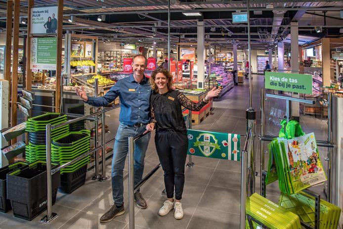 Luc van Riel en zijn vrouw Monique heten hun klanten van harte welkom in de geheel vernieuwde zaak.