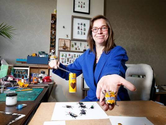 Al jaren raapt de Utrechtse kunstenares Sandra Westgeest afval van de straat om dit om te toveren in prachtige kleine creaties. Kevers bijvoorbeeld, van weggegooide blikjes.