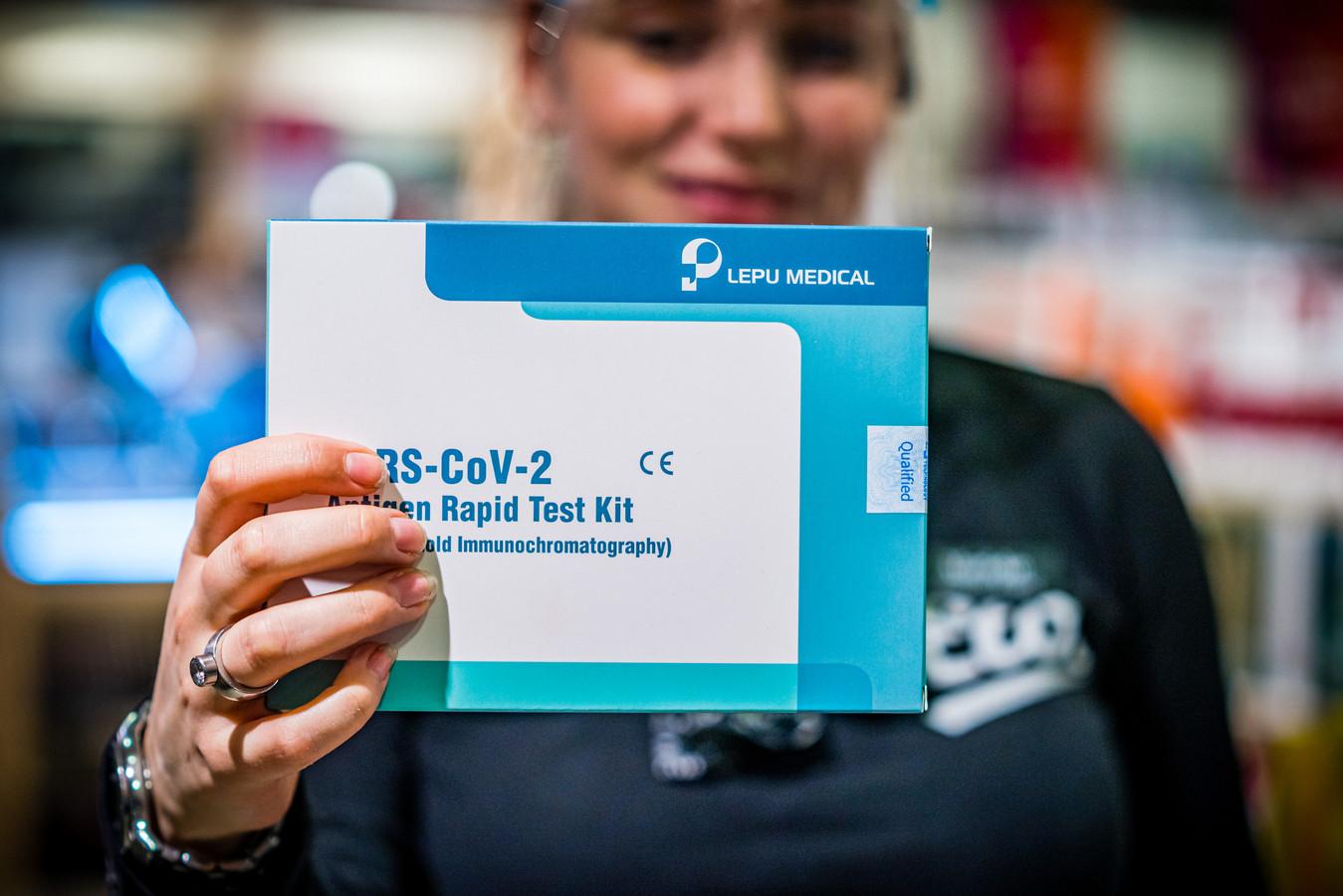 Minister voor Volksgezondheid Hugo de Jonge heeft aangekondigd dat mensen op korte termijn makkelijk via een apotheek, drogist aan een zelftest voor het coronavirus kunnen komen.