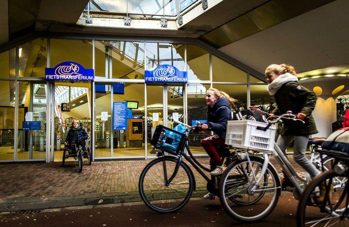 Een fietstransferium, zoals deze in Houten, staat bij een station. In Amersfoort zou die aan de stadsrand moeten komen.