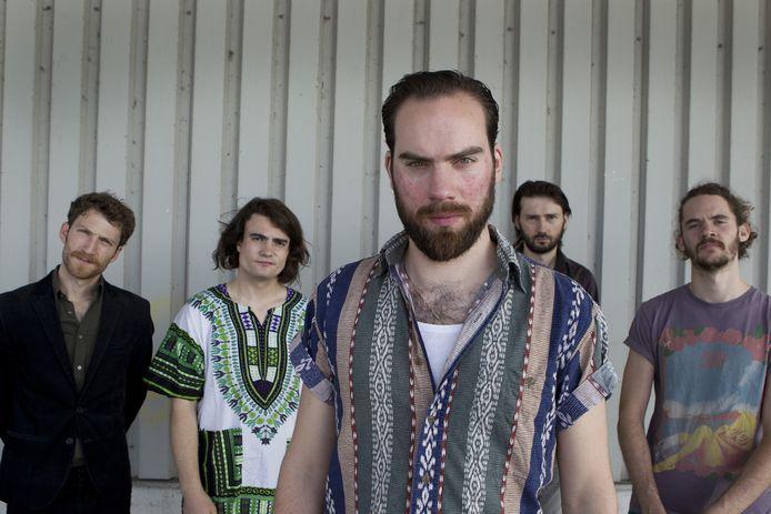 De Nederlandse rockband De Staat, met (VLNR) Jop van Summeren (bas), Rocco Hueting (percussie, samples), Tim van Delft (drums), frontman Torre Florim en Vedran Mircetic (leadgitaar).