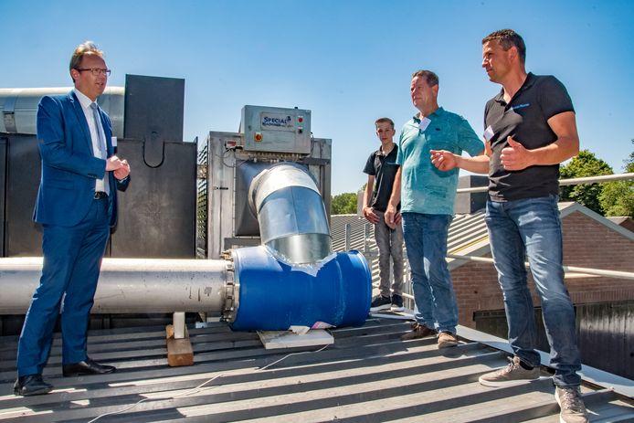 Proefopstelling ammoniakblokker in Haghorst. Jeroen Bertens (r) geeft uitleg over de ammoniakblokker aan Europarlementariër Bert-Jan Ruisen.