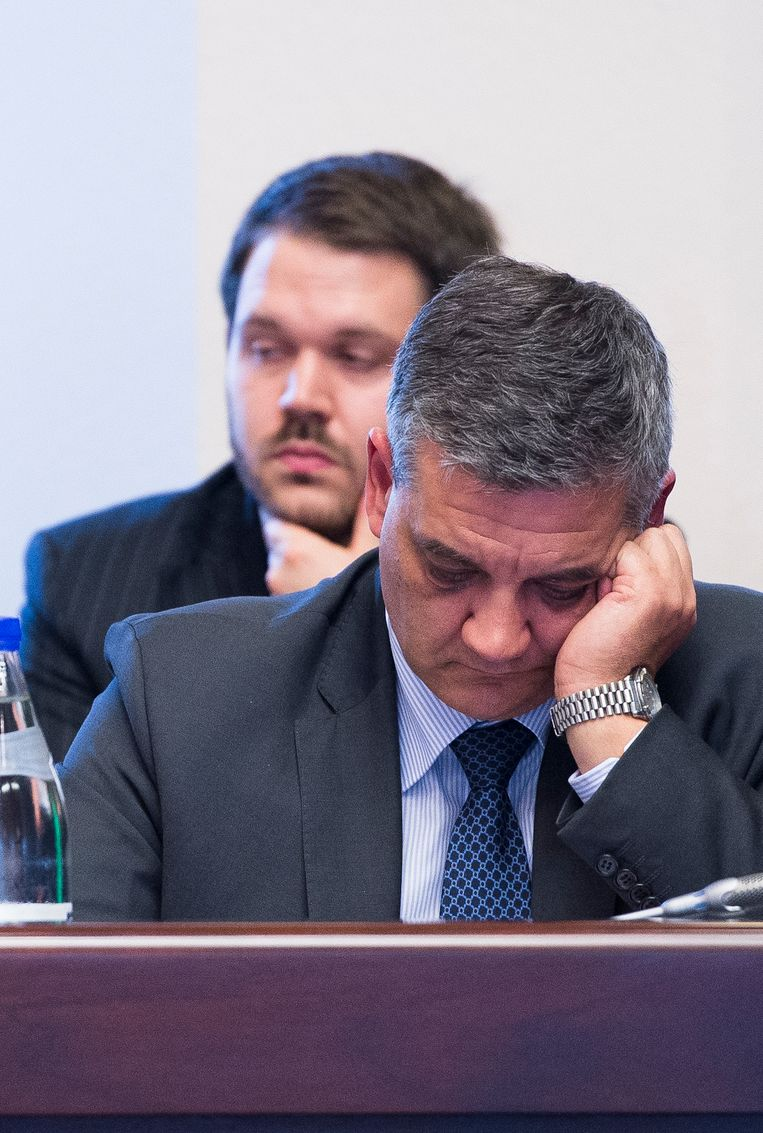 Defensieminister Steven Vandeput (N-VA) met achter zich zijn voormalig adjunct-kabinetschef Simon Put. Beeld BELGA