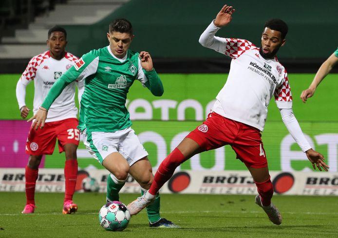 Milot Rashica (links) passeert voor Werder Bremen Jerry St. Juste van Mainz.