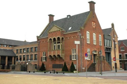 Het gemeentehuis van Heusden, aan het Raadhuisplein in Drunen.
