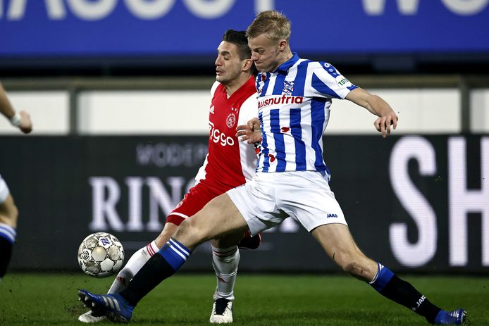 Jan Paul van Hecke (gestreept shirt) in duel met Dusan Tadic, die Ajax uit een strafschop op 0-2 schoot.
