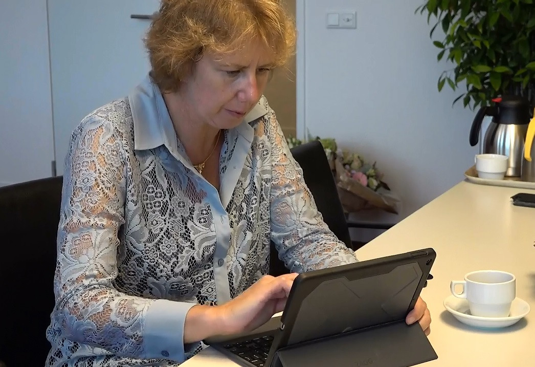 Mulder achter haar tablet.
