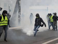 """""""Paris soulève-toi"""": des tensions éclatent entre gilets jaunes et policiers à Paris"""