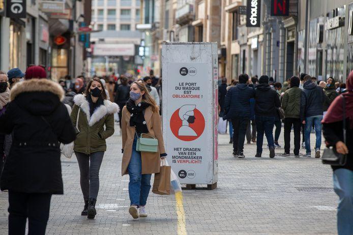 Mensen in een winkelstraat in Brussel, vorige maand