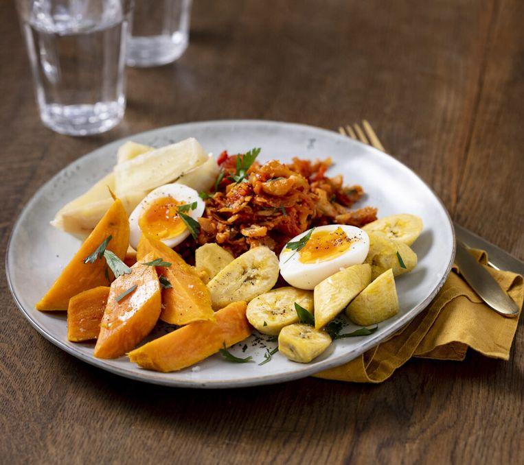 Het gerecht Heri heri komt van de plantages en wordt gemaakt met cassave, zoete aardappel, groene en gele banaan en zoute vis (bakeljauw). Beeld