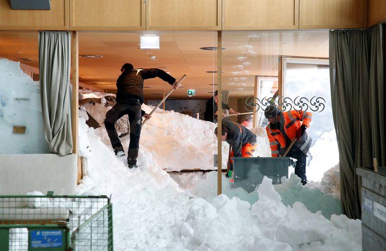 Lawine dondert het berghotel Santis-Schwaegalp binnen.