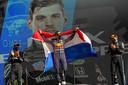 Max Verstappen (m) viert zijn triomf in Zandvoort op het podium, waar hij wordt geflankeerd door Lewis Hamilton (l) en Valtteri Bottas.
