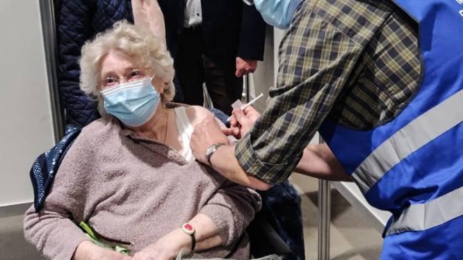 10.000ste prik in vaccinatiecentrum de Qubus is voor Francine (85) uit Gavere