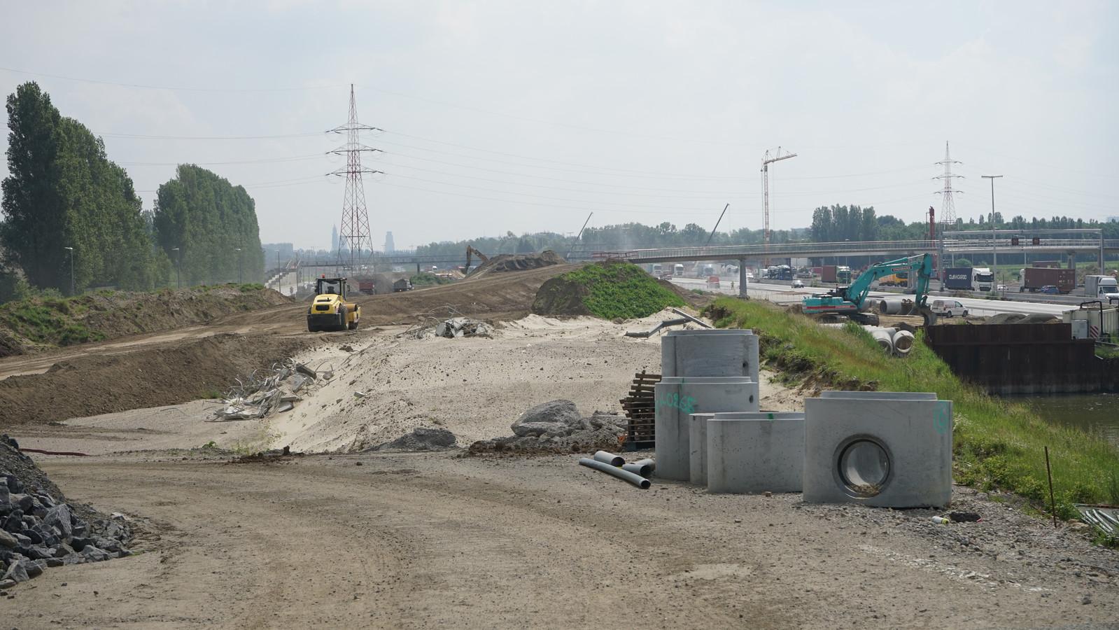 Op en rond de werken aan de Scheldetunnel voor de Oosterweelverbinding zijn sinds enkele maanden hoge concentraties PFOS vastgesteld. De chemische stof is nauwelijks afbreekbaar en mogelijk niet zonder gevaar voor de gezondheid.