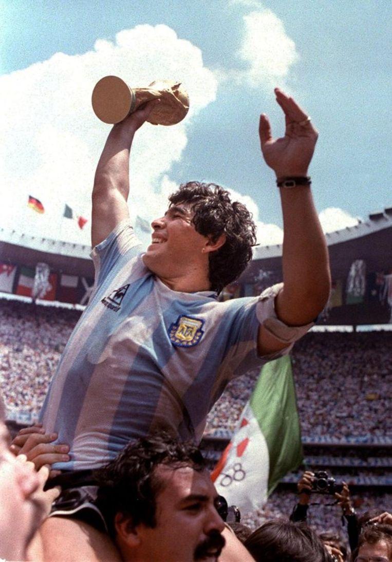 Diego Maradona met de wereldbeker in 1986. Beeld null