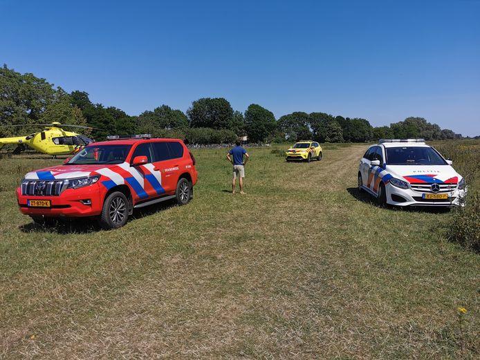 Hulpdiensten zijn in het uiterwaardengebied van Wageningen voor een drenkeling.