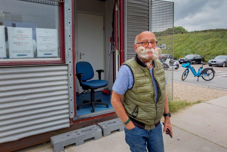 Emile Cantineaux, beheerder van de bewaakte fietsenstalling bij Scheveningen, ziet alle scooterchaos met lede ogen aan.   Beeld Maartje Geels