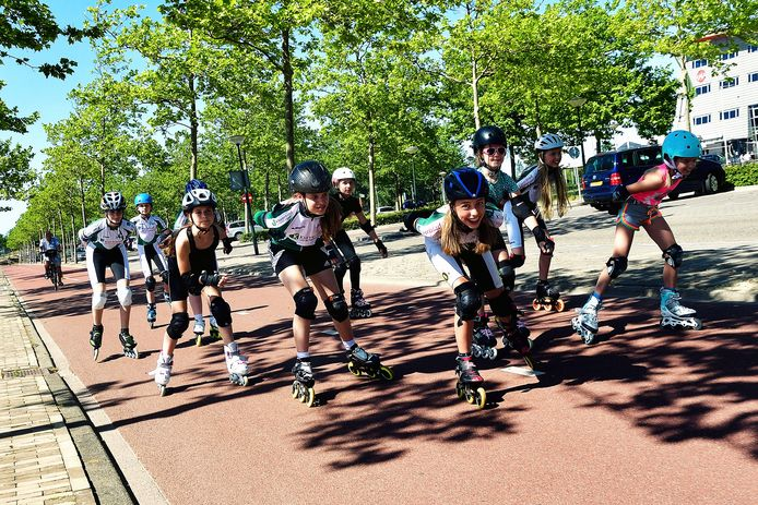 Leden van SkategroepBoZ skeeleren met een flinke vaart over het fietspad op de Boulevard.