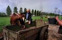 Bram van der Vlugt op de boerderij van zijn buren.