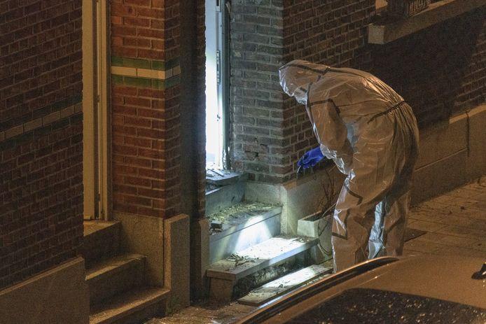 Het labo van de lokale politie en de ontmijningsdienst DOVO deden tot zondagnacht sporenonderzoek.