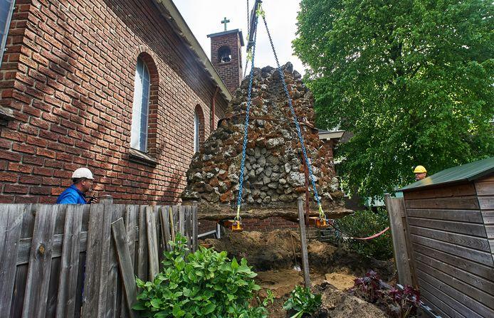 De Lourdesgrot bij de kapel in Boekel is inmiddels een meter opgetakeld.
