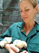 Vivian Goerlich met twee kuikens.