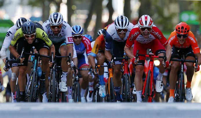 Luka Mezgec wint de sprint van het peloton, Peter Sagan kan hem geen partij bieden.