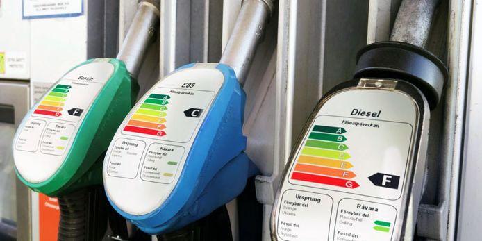 Waarschuwingslabels zoals gebruikt op huishoudelijke apparaten zijn vanaf volgende maand al verplicht op brandstofpompen in Zweden. Britse gezondheidsexperts willen nog veel verder gaan.