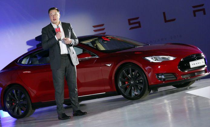 Elon Musk naast de Tesla Model S