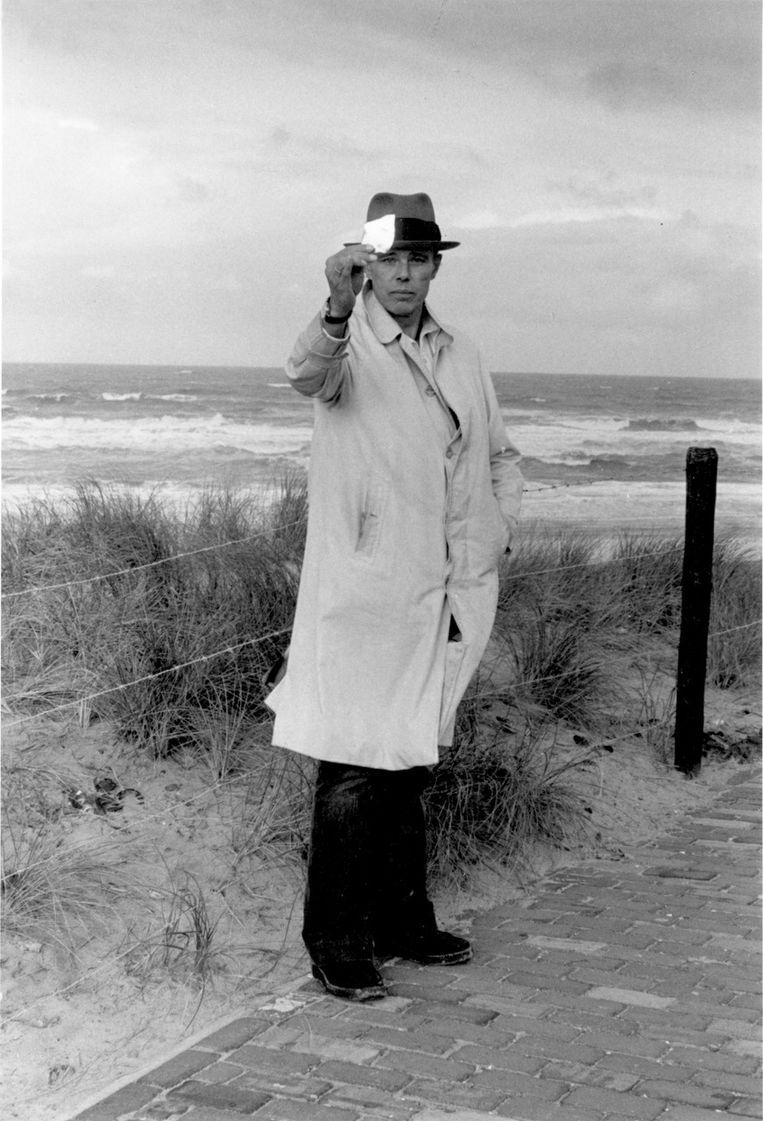Joseph Beuys in 1976. Beeld Caroline Tisdall